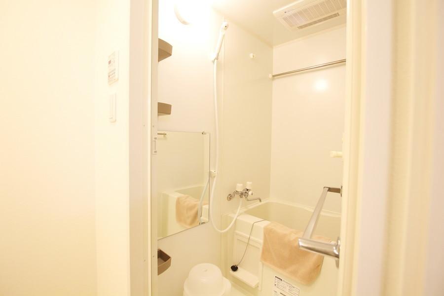 ホワイトでまとめられたバスルーム。浴室乾燥機能搭載です