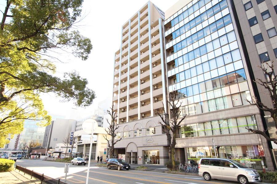 名古屋の幹線道路に面した、アースカラーの建物です