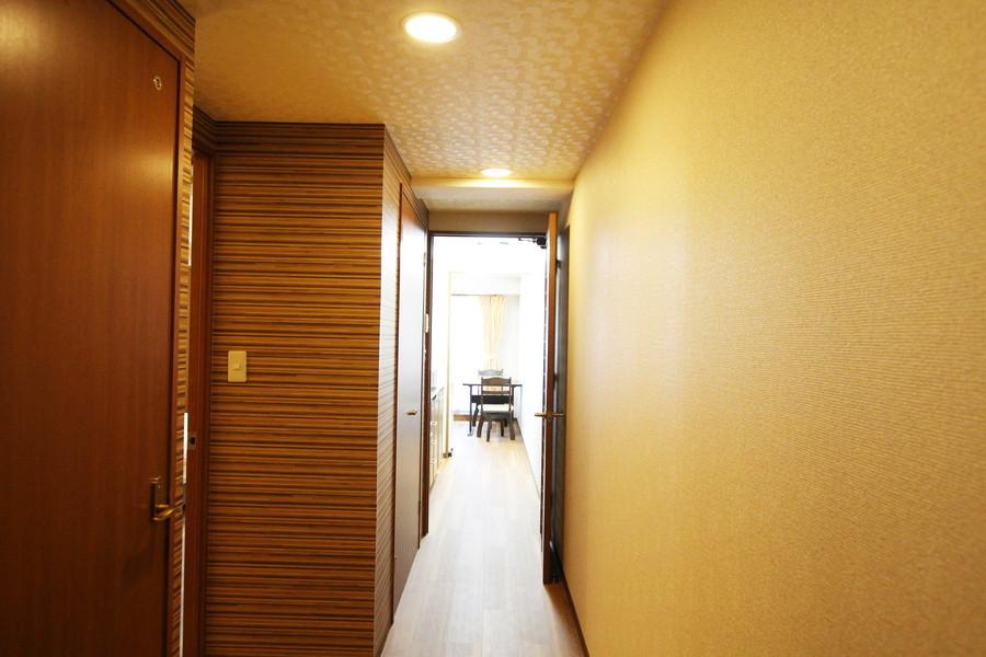 ダークブラウン基調のカラーリング。段差のない廊下で足元も安心