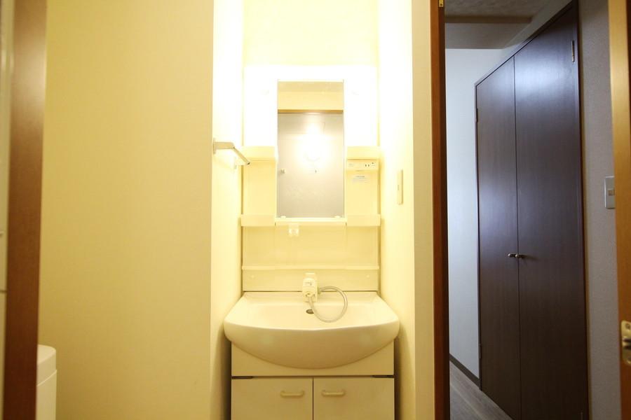 独立洗面台は小物収納のスペースも充実