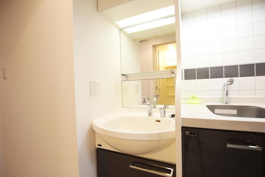 身だしなみチェックに欠かせない洗面台は大きめの鏡がポイント