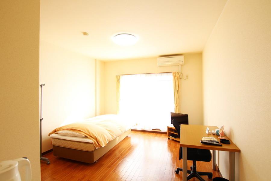 窓から差し込む光が明るく照らし出してくれる室内。天井も高く開放的です