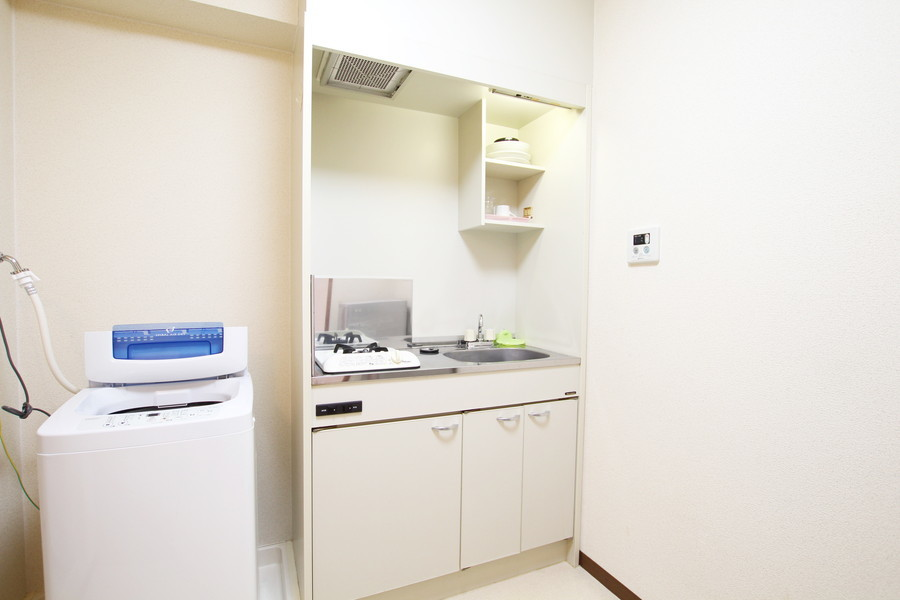 キッチンはシンプルかつコンパクト。使い勝手の良いガスコンロタイプです