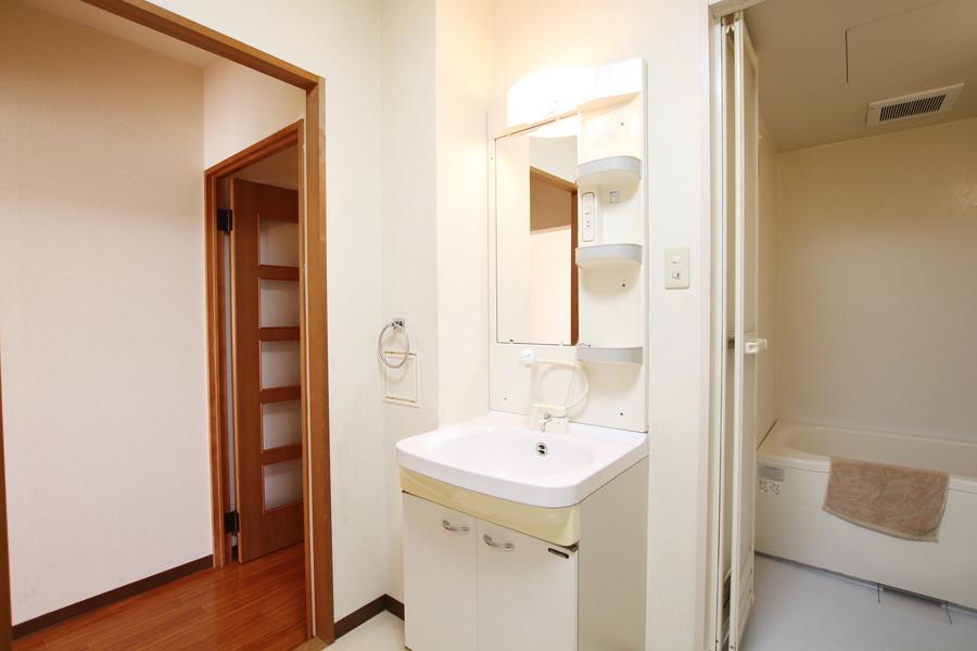 大きな鏡が特徴の洗面台。収納スペースもしっかり取られているのが嬉しいですね