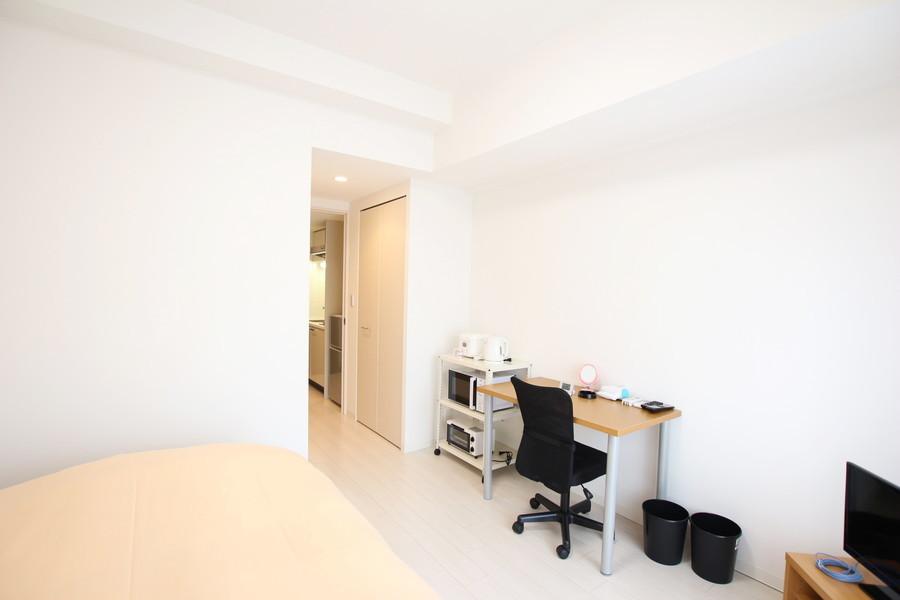 ベージュと白を基調としたやさしい色合いの室内。シンプルで清潔感のあるお部屋がゆったりとした安らぎの空間を演出します。