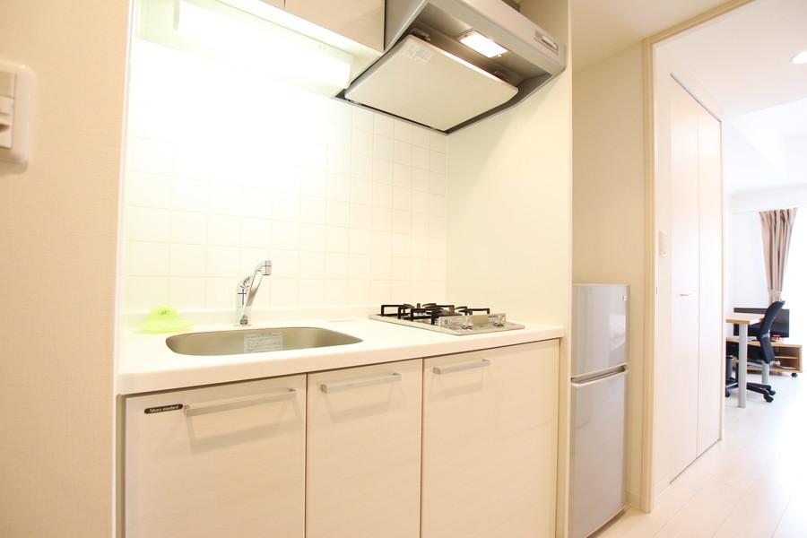 ホワイトを基調としたシンプルな1口ガスコンロのコンパクトキッチンは清潔感にあふれています。