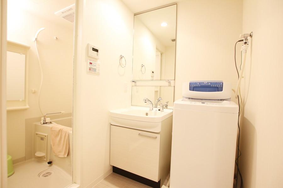 大きな鏡の明るい洗面台で身だしなみもバッチリ。