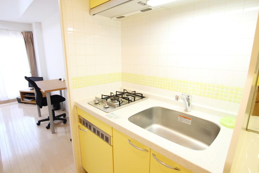レモンイエローが鮮やかなキッチン!コンロは2口搭載です