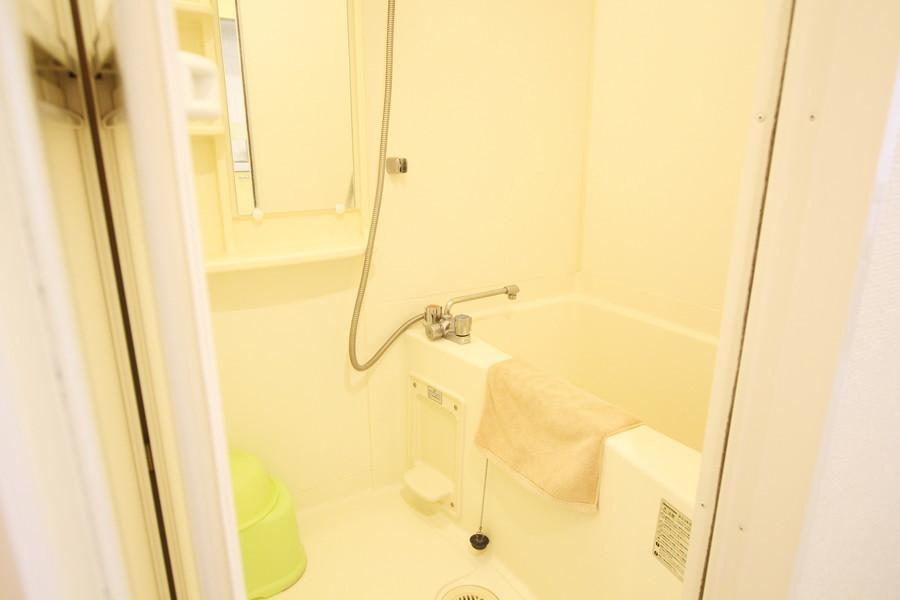 広くお使いいただけるお風呂場。鏡も大きめサイズです
