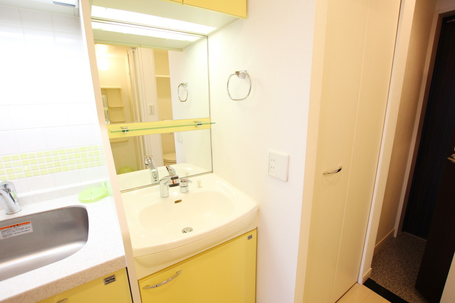 鏡が大きな独立洗面台。シャンプードレッサーは朝の身だしなみの強い味方です!