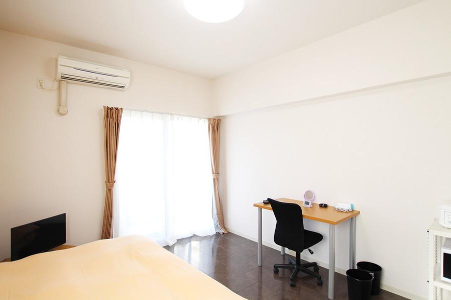 白×ダークブラウンのシックな室内。天井も高く開放的な印象です