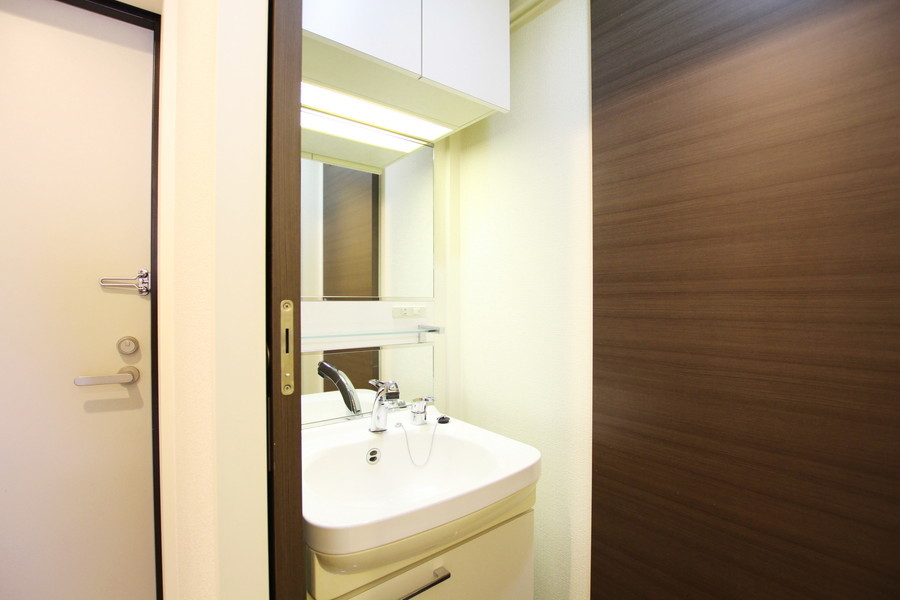 大きな鏡の独立洗面台。忙しい朝の身だしなみチェックもばっちり!