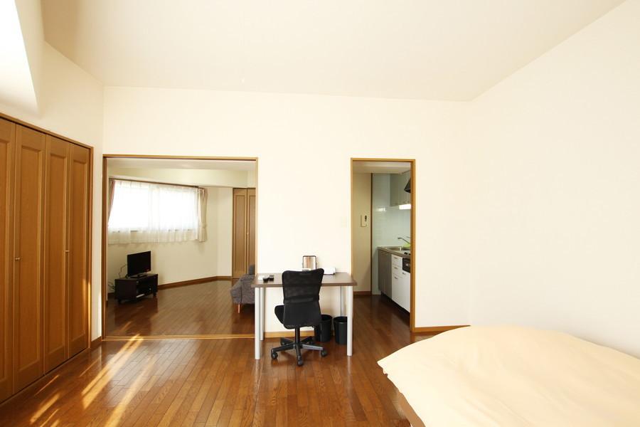 寝室からはリビング、キッチンへアクセス可能