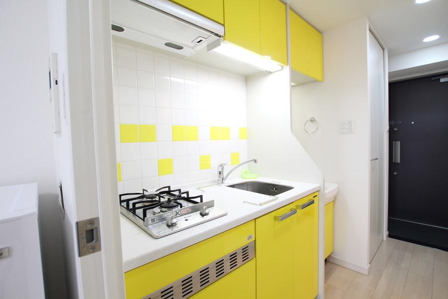 黄色×白のタイルワークがおしゃれ。ガスコンロは嬉しい2口タイプです