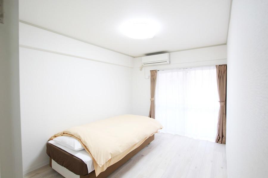 オフホワイト調で統一されたお部屋はシンプルで過ごしやすいです