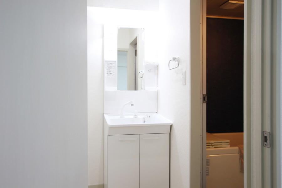 白でまとめられた洗面台は清潔感にあふれています