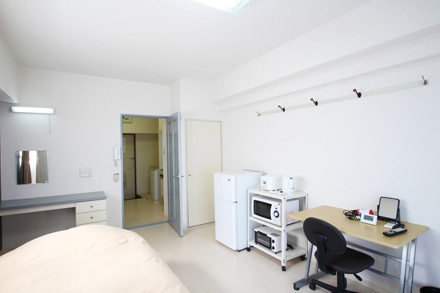 家具家電は使いやすい場所へ集約。備え付けの棚には小物を置いても素敵です