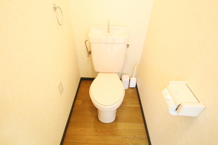木目の床があたたかさを感じさせてくれるお手洗い