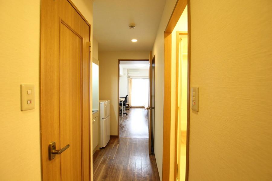 寒々しい印象になりがちな廊下も室内と合わせることであたたかな印象