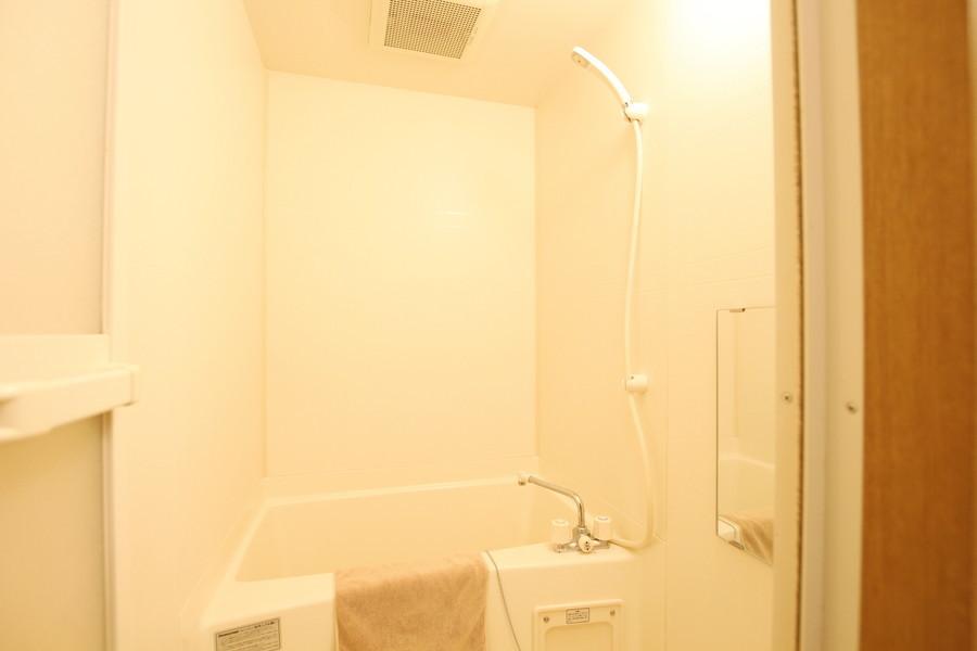 清潔感のある癒やしのバスルーム。リラックスできる空間です。