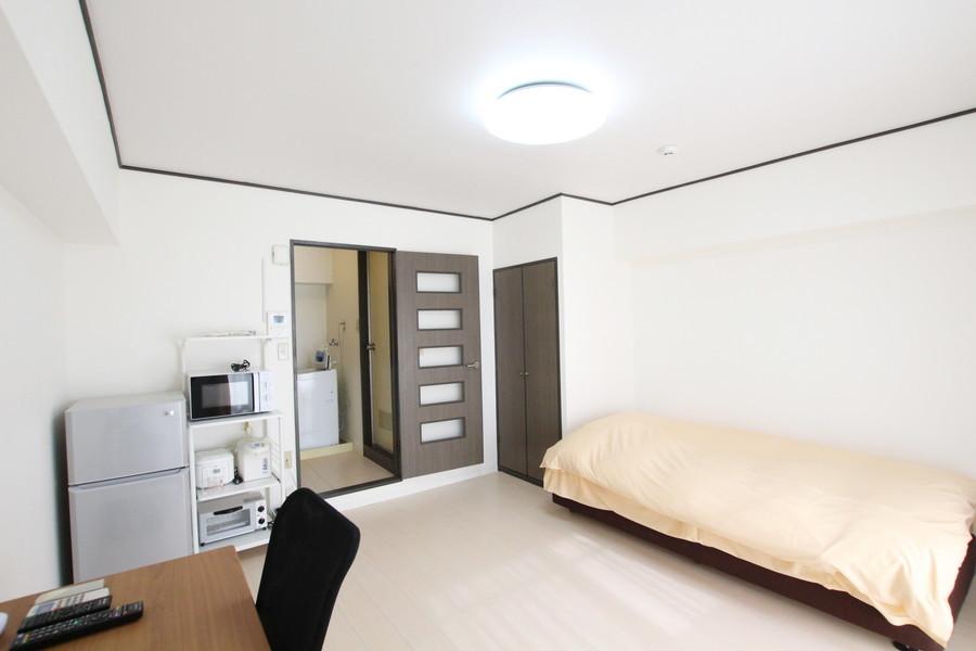ベッド、テーブル、家電類を置いてもゆとりのあるスペース