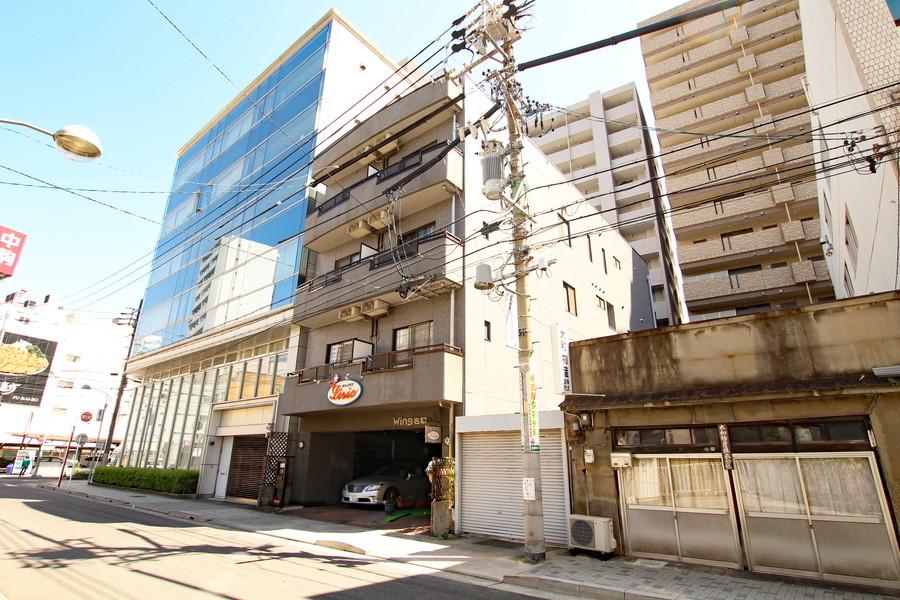 4階建ての物件です。周囲はマンションも多く見られます