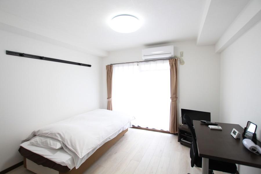 ホワイト系のカラーリングで統一されたお部屋はシンプルかつ清潔感があります
