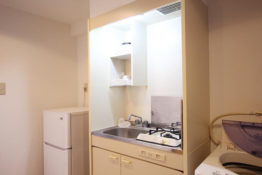 コンパクトなキッチンはお部屋と同じくホワイト系で統一されています