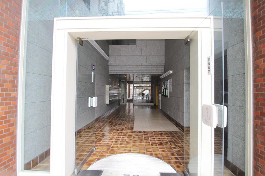 ガラス張りのエントランスにコンクリート調の外壁がオシャレです