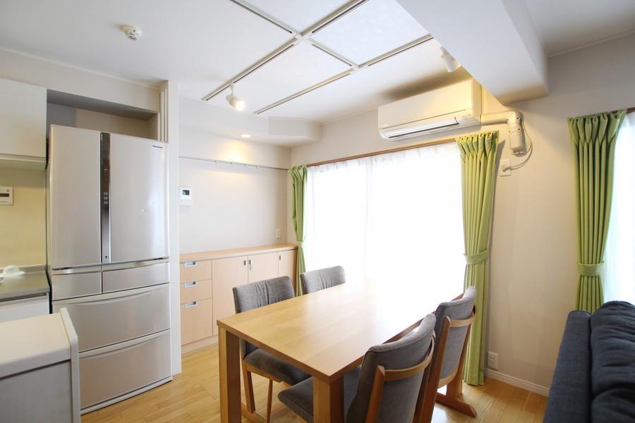 お部屋をより広く見せる壁面収納。照明はおしゃれなスポットライトタイプです