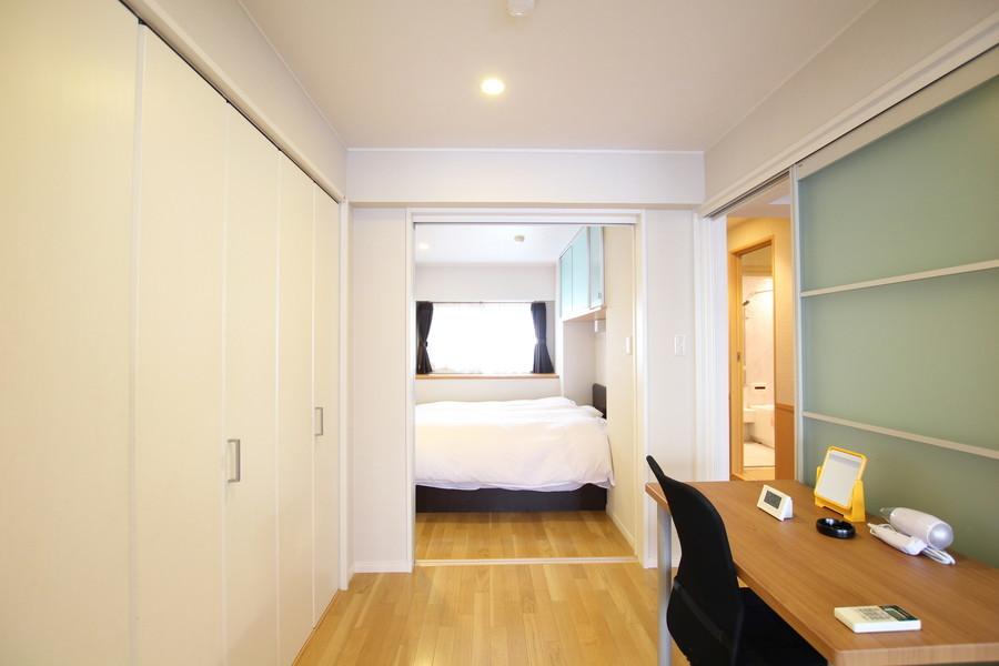 リビングに面したお部屋にはデスクを配置。扉を開けて広くも使えます