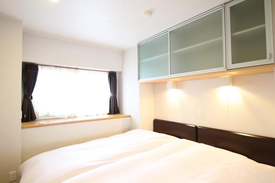 寝室は小窓で明かりを取り込めるのが特徴。作りつけ収納もポイントです