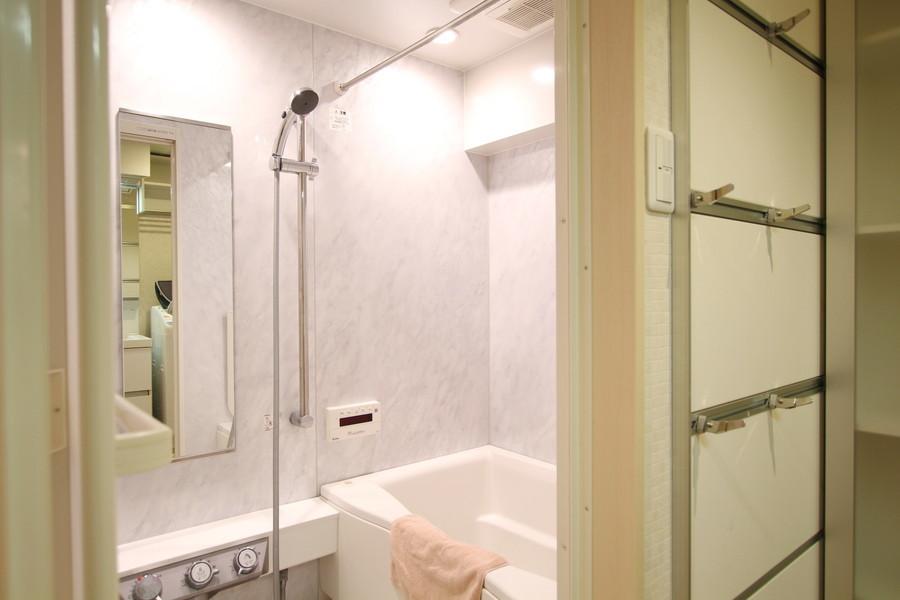 マーブル調の壁面がゴージャスな雰囲気のバスルーム。浴室乾燥機搭載です