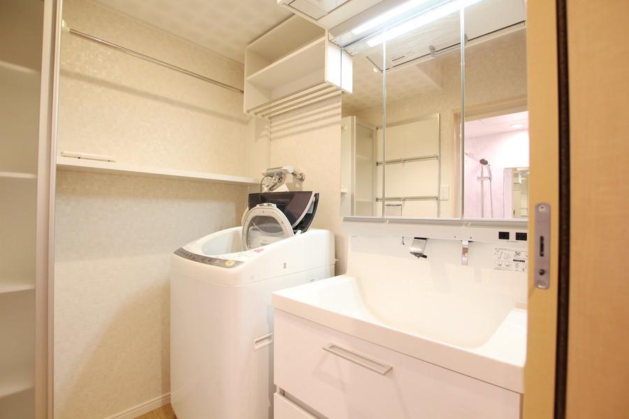 大きな鏡が特徴の洗面台。洗面所の広さも魅力的です