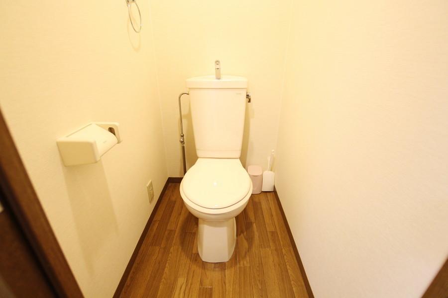 シックなカラーの床が印象的なお手洗い