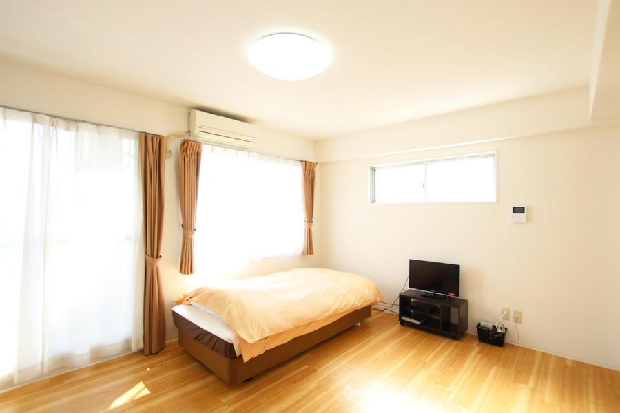 高い天井と3面の窓で光あふれるお部屋です