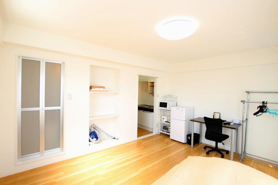 床に寝転がれるほどのゆったりスペース。造り付けの飾り棚もございます