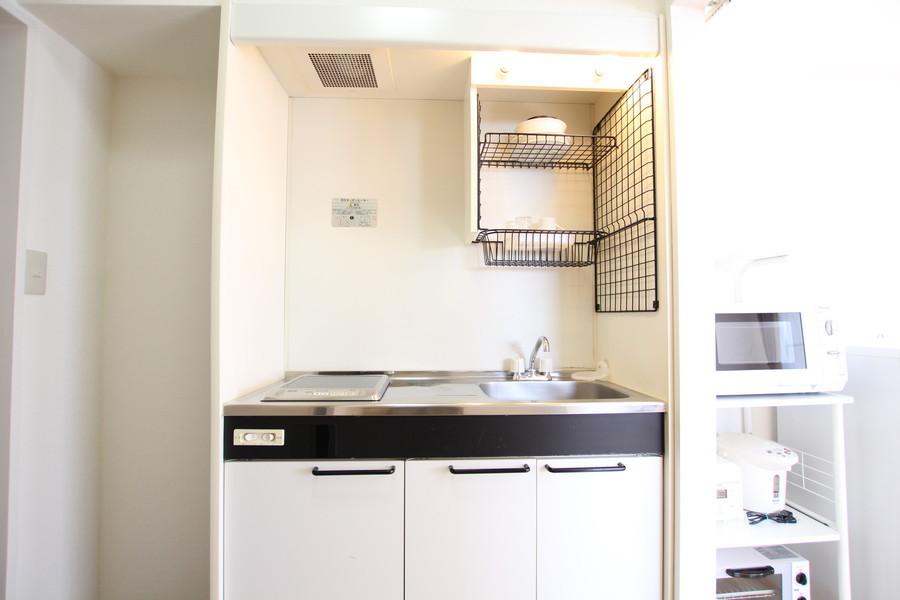 コンパクトにまとめられたキッチン。便利な吊り棚も設置されています