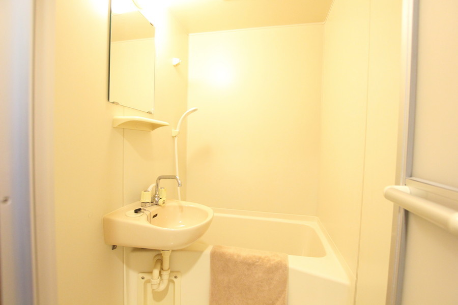 小さいながらも清潔感のあるバスルーム