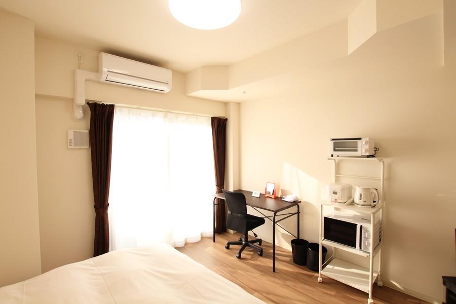 ブラウンの木目と白い壁紙のシンプルで落ち着けるお部屋です