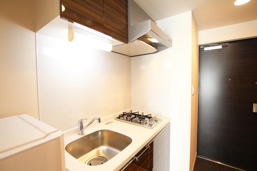 木目の棚がシックなキッチン。使い勝手の良い2口ガスコンロです