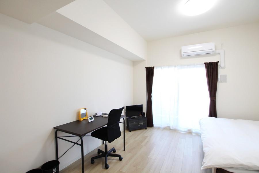 落ち着いた色あいがゆったりとした安らぎの空間を演出する、シンプルで清潔感のあるお部屋です。広々とした快適空間をお楽しみください。