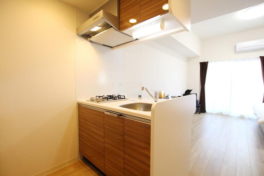 木目の棚が落ち着いた雰囲気のオープンキッチン。使い勝手の良い2口ガスコンロです。