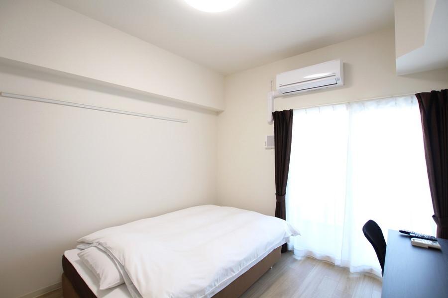落ち着いた色あいがゆったりとした安らぎの空間を演出する、シンプルで清潔感のあるお部屋です。