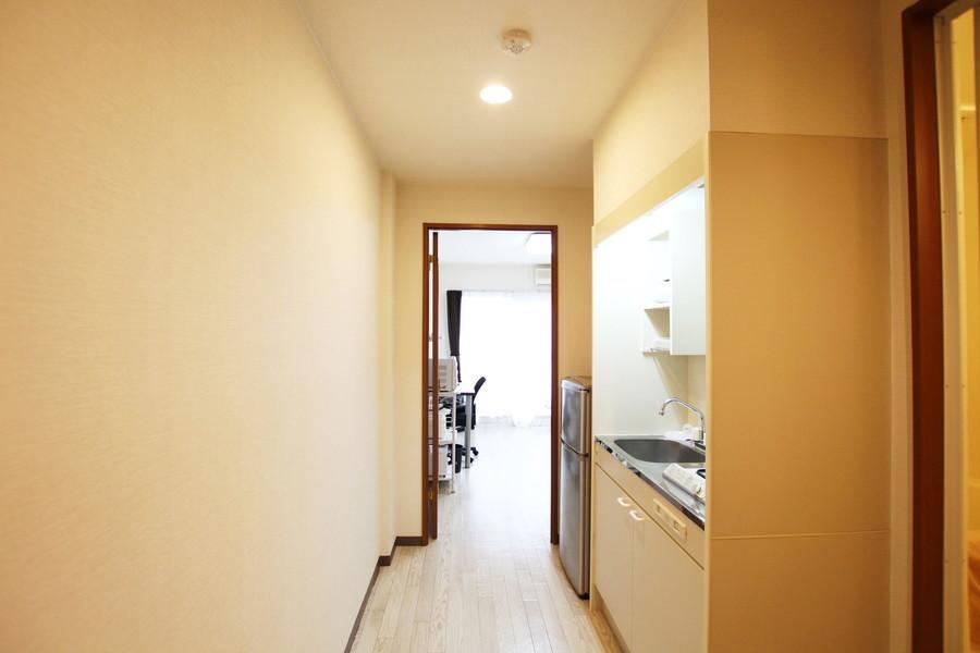 キッチン周辺も室内と同じくホワイト系統の色合いで統一されています