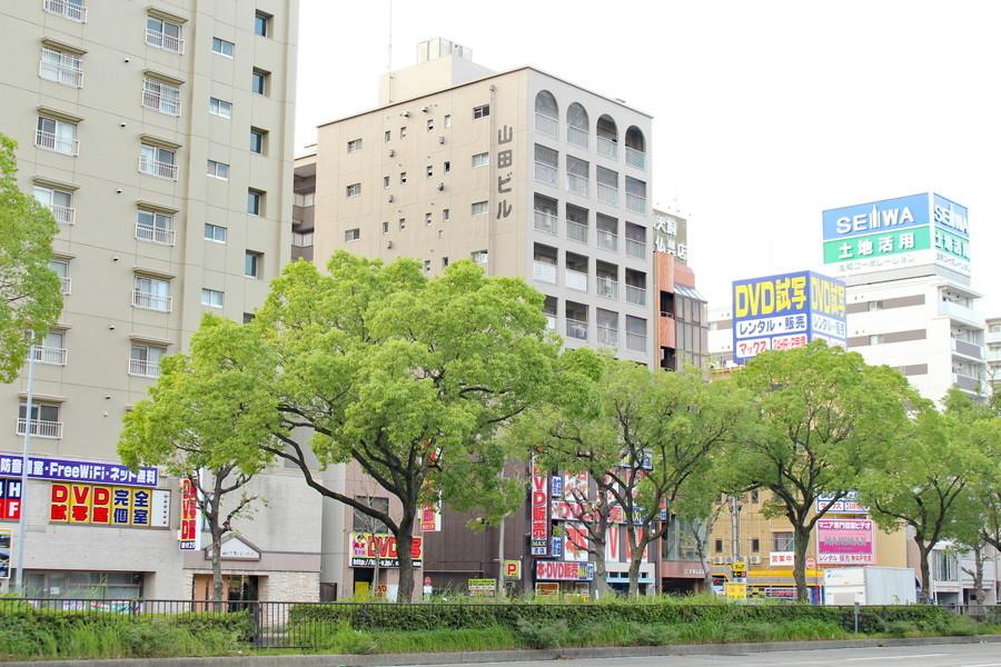 2つの駅近くで大きな通りに面しています。街路樹の立ち並ぶ綺麗な町並みです。