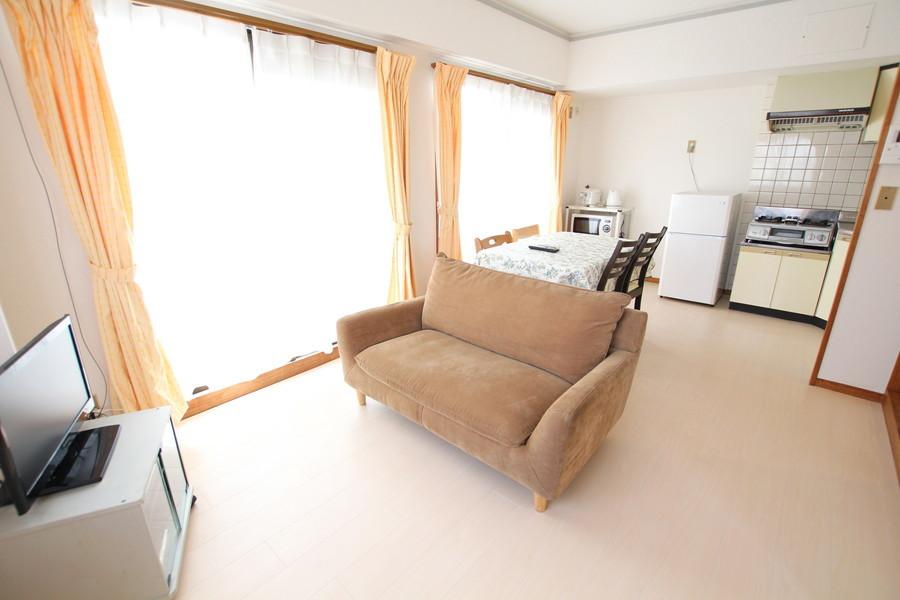 ゆったりくつろげるソファが特徴のリビングルーム