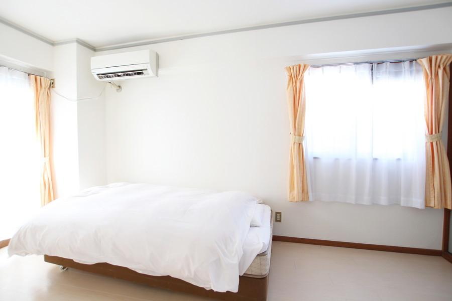 洋室にも大きな窓が設置。朝日を浴びて目覚めることができます