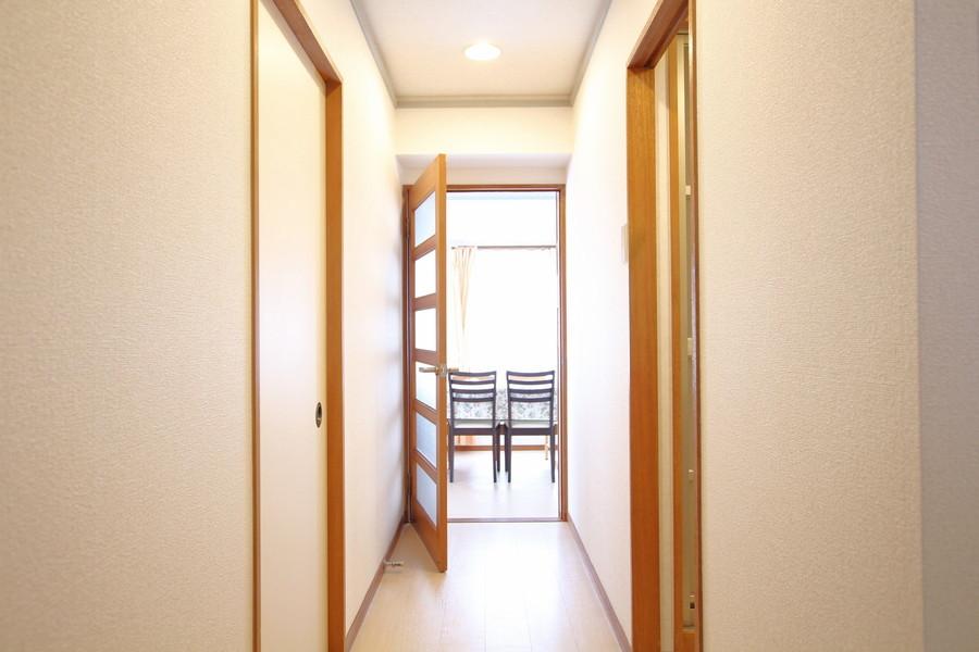 玄関周辺は木目調の扉や梁がアクセントとなり優しい雰囲気