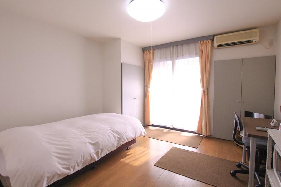 お部屋はライトブラウンのフローリング貼り。居心地の良い色合いです